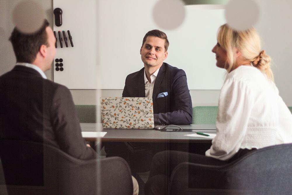 Tre kollegor jobbar med ärendehantering. Upptäck kraften av ett enkelt ärendehanteringssystem. Testa TOPdesk online. Utmärkt servicehantering gör det enkelt.