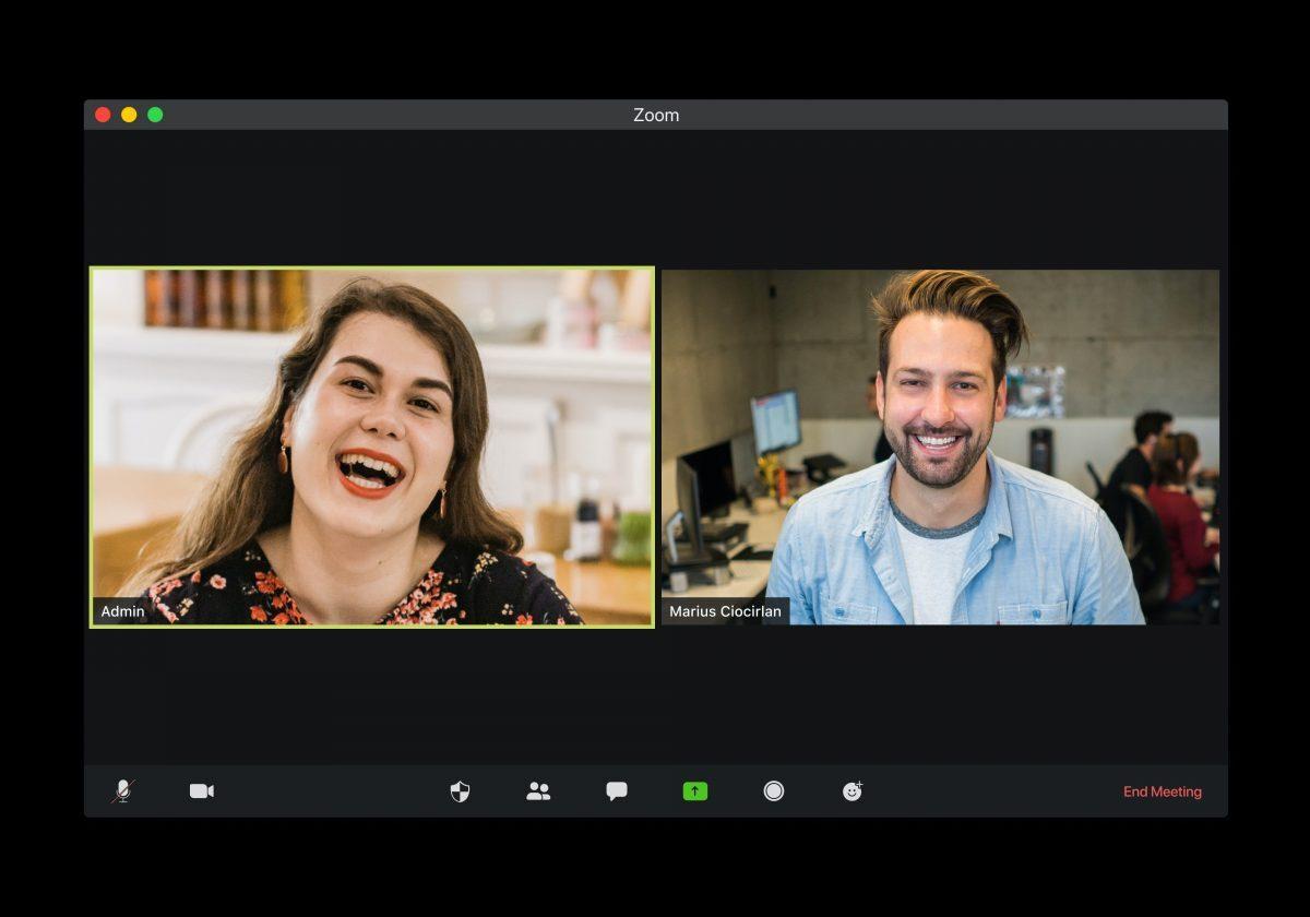 Två personer i ett Zoom-möte