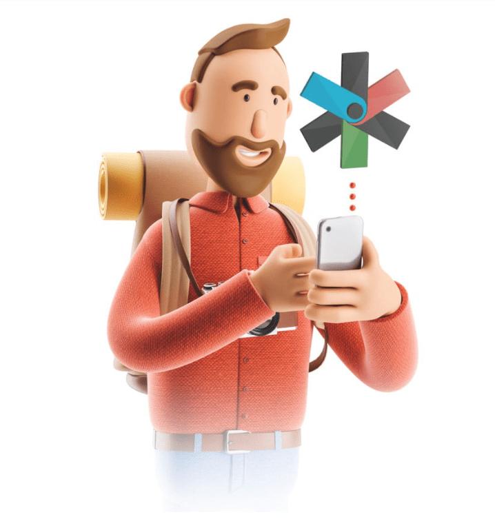 bild föreställande en leende man med brunt hår och ryggsäck på ryggen hållandes i en mobil enhet