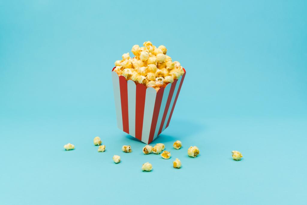 Illustration föreställande popcorn mot ljusblå bakgrund. Automatisera IT-tjänster med Zervicepoint och TOPdesk